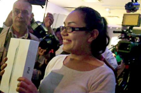 Elvia Velázquez, la primera compradora del iPad 2 en la Mac Store